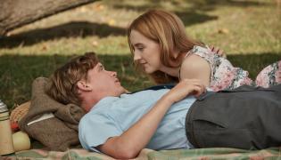 """Kadr z filmu """"Na plaży Chesil"""". Na zdjęcu Saoirse Ronan oraz Billy Howle"""