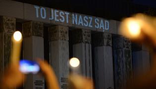 """Lipiec 2017, protest przed siedzibą SN """"Łańcuch światła i czystych intencji"""" zorganizowany przez SSP """"Iustitia"""" w związku z przyjętymi przez Sejm zmianami w Krajowej Radzie Sądownictwa i ustroju sądów powszechnych oraz ujawnionym w nocy projektem PiS ustawy o Sądzie Najwyższym"""