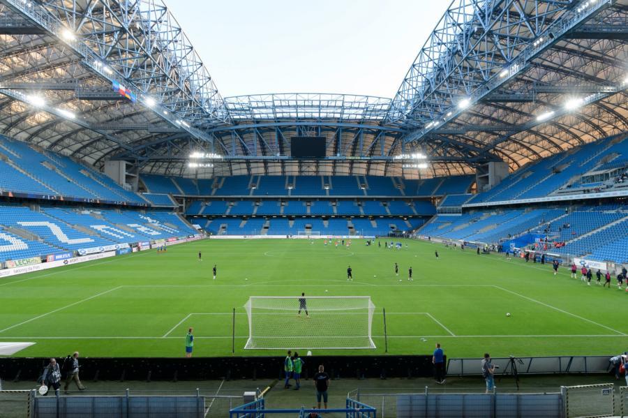 Puste trybuny stadionu podczas meczu Lech Poznań - FC Gandzasar