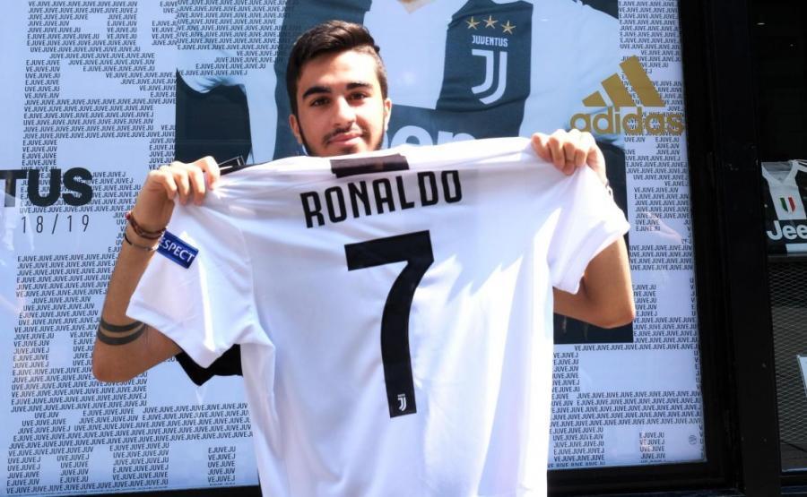 Kibic Juventusu z koszulką Ronaldo