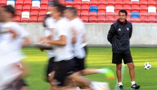 zkoleniowiec AS Trencin Ricardo Moniz podczas treningu w Zabrzu, 25 bm. AS Trencin przygotowuje się do jutrzejszego meczu 2. rundy eliminacyjnej piłkarskiej Ligi Europejskiej z Górnikiem Zabrze.