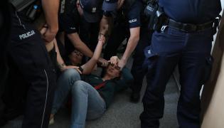 Policja wynosi Obywateli RP z budynku SGGW