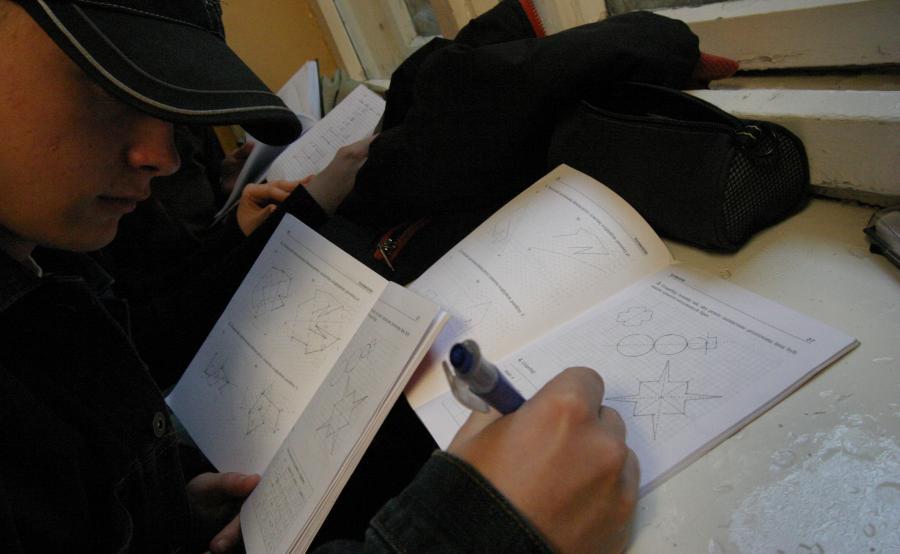 Praca domowa odrabiana na szkolnym parapecie
