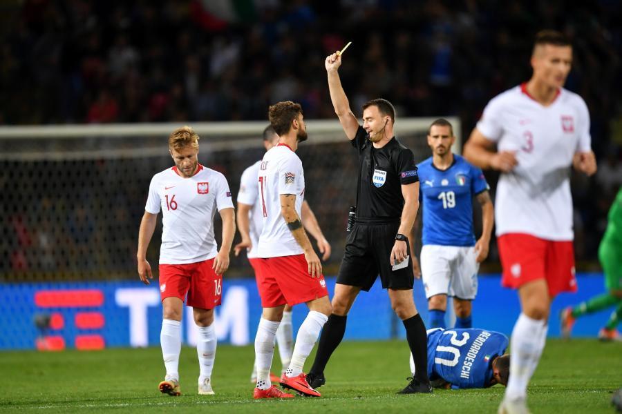 Zawodnik reprezentacji Polski Mateusz Klich (C) otrzymuje żółtą kartkę