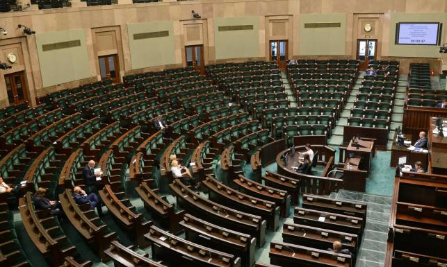 Tylko trzy partie dzielą między siebie Sejm. Nowy sondaż CBOS