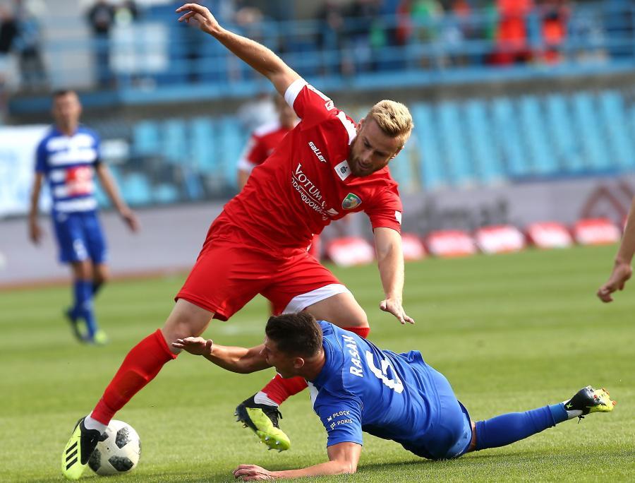 Piłkarz Wisły Płock Damian Rasak (P) i Rafał Augustyniak (L) z Miedzi Legnica