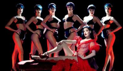 """Dita von Teese pojawiła się w Paryżu w legendarnej rewii """"Crazy Horse"""""""