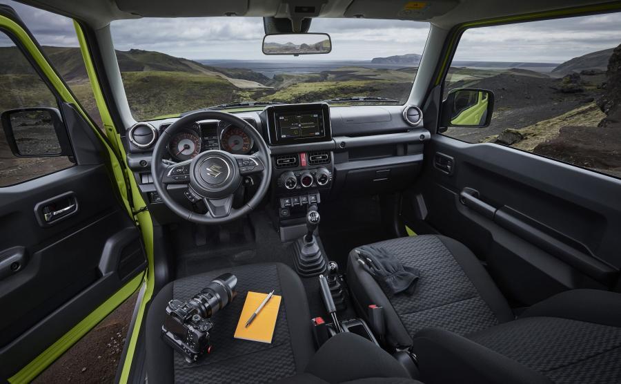 Wnętrze – proste i bez wymyślnych łamańców – podporządkowane użyteczności. Oczywiście samochód zyskał najnowsze zdobycze z dziedziny multimediów – w tym duży dotykowy ekran. O komfort podróży zadba m.in. automatyczna klimatyzacja czy nawigacja. Na środkowym tunelu – jak za dawnych lat – dwie dźwignie z harmonijkowymi osłonami z gumy. Dłuższa do zmiany biegów, krótsza wybiera tryb napędu - 2H (napęd na tylne koła), 4H (napęd 4×4) i 4L (napęd 4×4 z reduktorem)