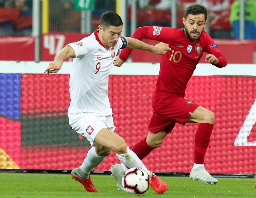 Polak Robert Lewandowski (L) i Bernardo Silva (P) z Portugalii podczas meczu piłkarskiej Ligi Narodów w Chorzowie