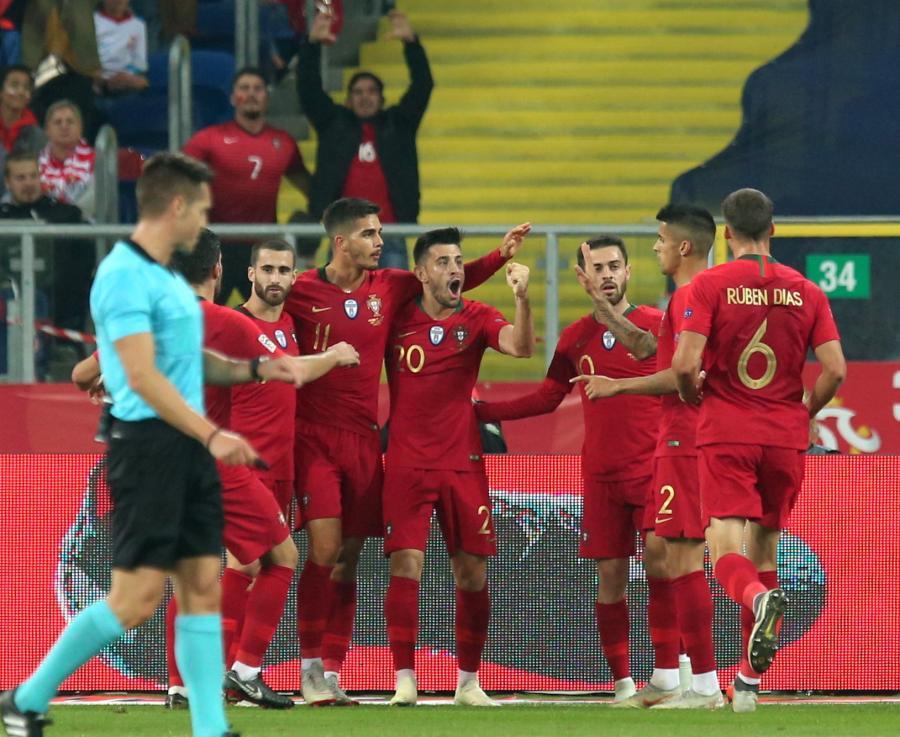 Zawodnicy Portugalii cieszą się ze zdobytej bramki podczas meczu z Polską w piłkarskiej Lidze Narodów w Chorzowie