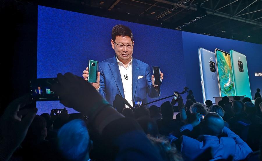CEO Huaweia Richard Yu prezentuje dwa smartfony z linii Mate