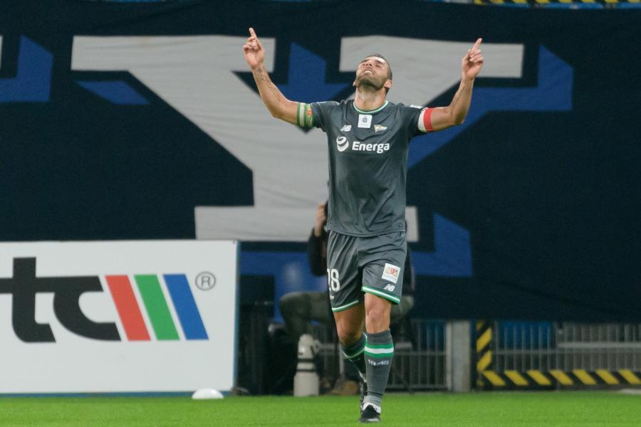 Zawodnik Lechii Gdańsk Flavio Paixao cieszy się z gola podczas meczu 14. kolejki piłkarskiej Ekstraklasy z Lechem Poznań