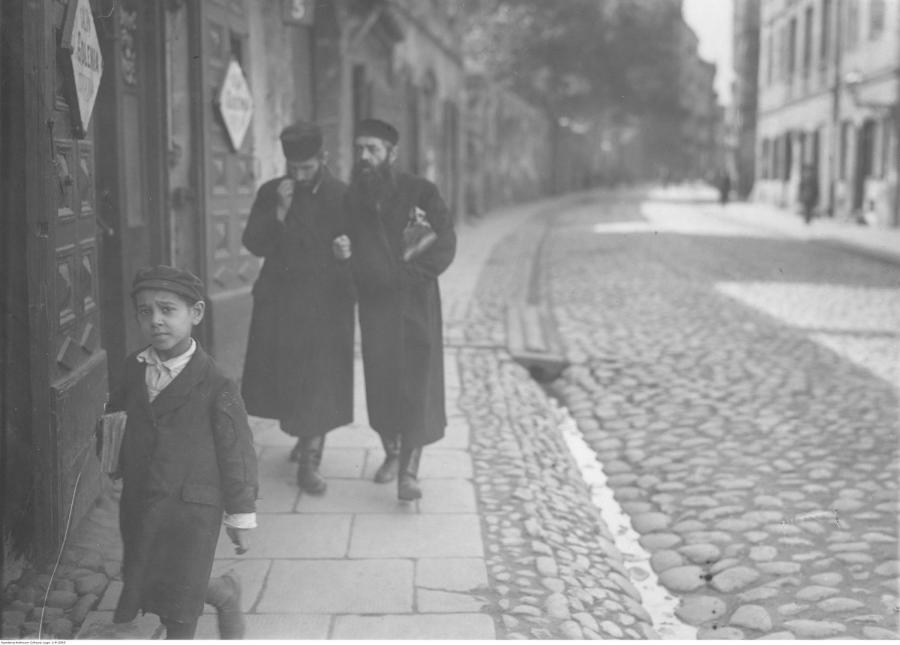 Żydzi podczas spaceru na ul. Świętojerskiej / 1926 rok