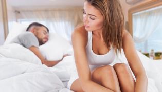 Smutna kobieta w łóżku