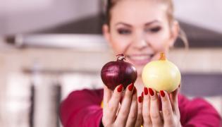Kobieta trzyma cebulę