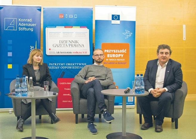 Od lewej: Beata Biel, szefowa projektu fact-checkingowego konkret24 i Fundacji Reporterów; Jakub Turowski, szef zespołu Facebooka ds. polityki publicznej w Polsce i krajach bałtyckich; Robert Sołtyk z Dyrekcji Generalnej ds. komunikacji Komisji Europejskiej