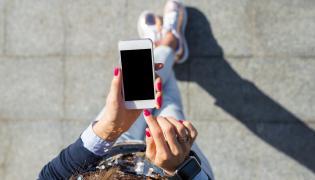 Kobieta używa smartfona