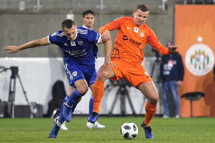 Piłkarz KGHM Zagłębie Lubin Maciej Dąbrowski (P) i Tomasz Jodłowiec (L) z Piasta Gliwice
