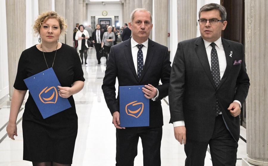 Posłowie PO: Marta Golbik, Sławomir Neumann i Jarosław Urbaniak podczas konferencji w Sejmie
