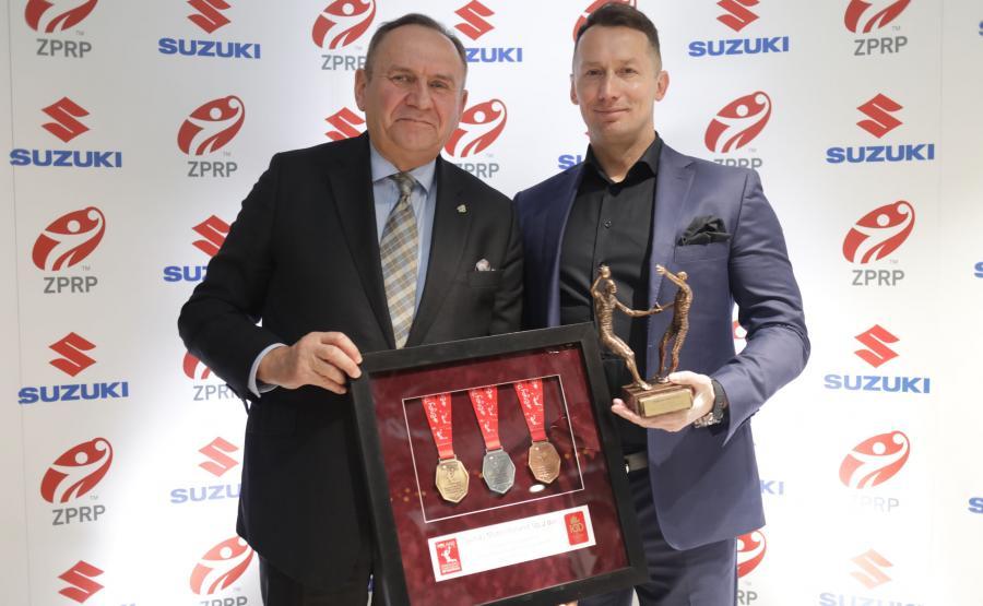 Andrzej Kraśnicki, prezes ZPRP i Piotr Dulnik, prezes zarządu Suzuki Motor Poland z nagrodą za zasługi dla rozwoju piłki ręcznej w Polsce