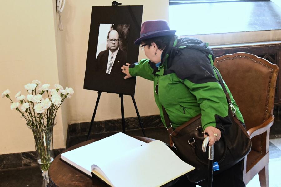 Śmierć Pawła Adamowicza. Księga kondolencyjna wystawiona w Urzędzie Miasta Krakowa