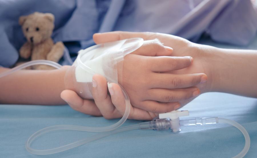 Lekarz trzyma rękę dziecka