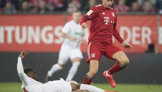 Kevin Danso (L) in action against Bayern's Robert Lewandowski