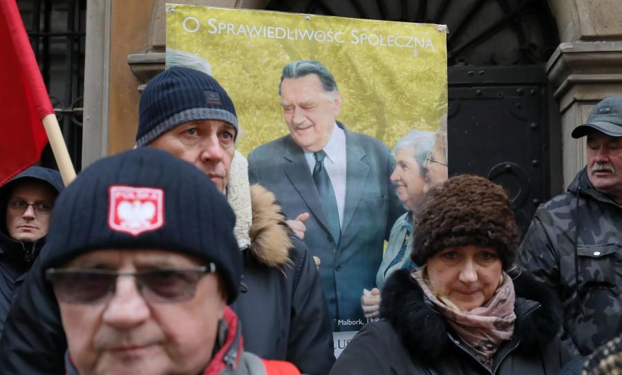 Mieszkańcy Warszawy gromadzą się przed archikatedrą św. Jana Chrzciciela