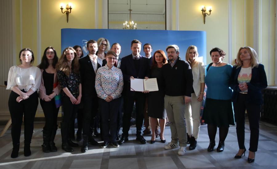 Prezydent Warszawy Rafał Trzaskowski i przedstawiciele organizacji społecznych po podpisaniu w warszawskim Ratuszu, deklaracji na rzecz społeczności LGBT+