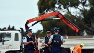 Policjanci przy cmentarzu w Christchurch