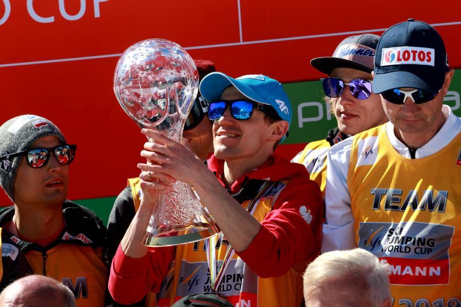 Kamil Stoch (C) z Pucharem Narodów po zawodach Pucharu Świata w skokach narciarskich w słoweńskiej Planicy