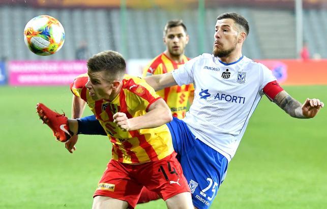 Piłkarz Korony Kielce Jakub Żubrowski (L) i Pedro Tiba (P) z Lecha Poznań podczas meczu Ekstraklasy