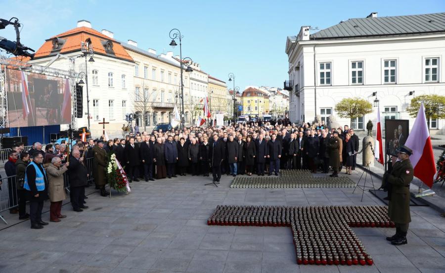 Obchody 9. rocznicy katastrofy smoleńskiej - poranny Apel Pamięci przed Pałacem Prezydenckim