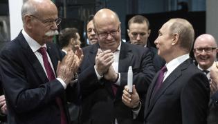 Prezydent Władimir Putin, szef Mercedesa Dieter Zetsche i minister gospodarki Niemiec Peter Altmaier