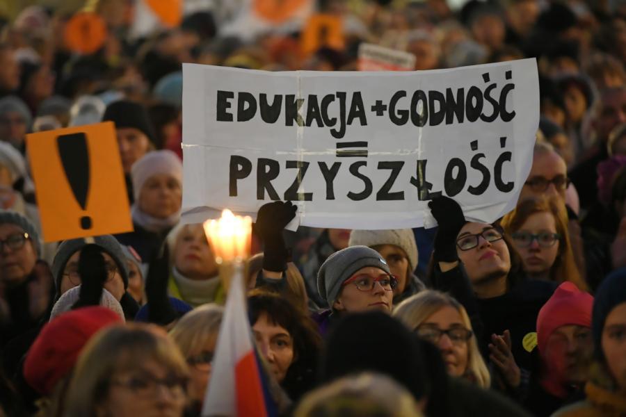 Manifestacja Łańcuch Światła z Wykrzyknikiem! będąca wyrazem solidarność z protestującymi nauczycielami oraz pracownikami oświaty,