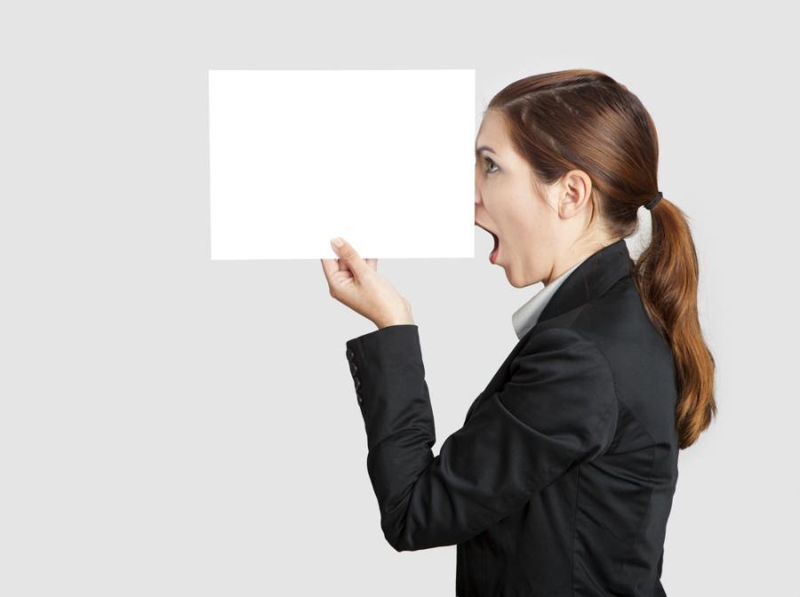 Kobieta zakrywa nos
