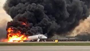 Płonący samolot na lotnisku Szeremietiewo