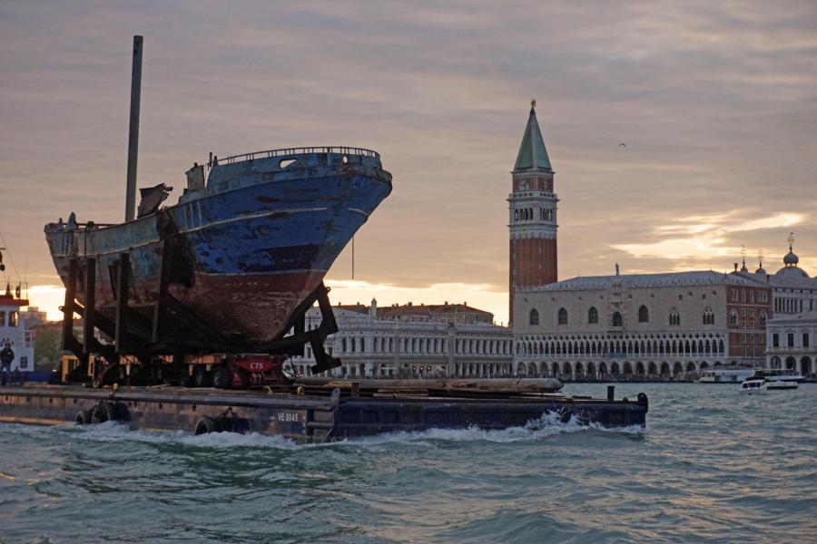 Kuter, symbol migracji, na weneckim Biennale