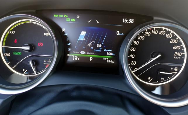 Nowa Toyota Camry kryje pod karoserią hybrydowy duet złożony z jednostki benzynowej 2.5/178 KM pracującej w ekonomicznym cyklu Atkinsona i lżejszego niż wcześniej silnika elektrycznego o mocy 120 KM. Łącznie napęd wytwarza 218 KM. Górskie trasy, przepisowa jazda i dystans ok. 90 km – nie było trudno osiągnąć spalanie na poziomie 5,5 l/100 km