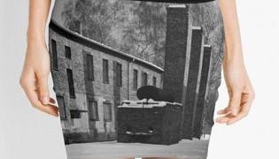 Minispódniczka Redbubble z wizerunkiem Auschwitz