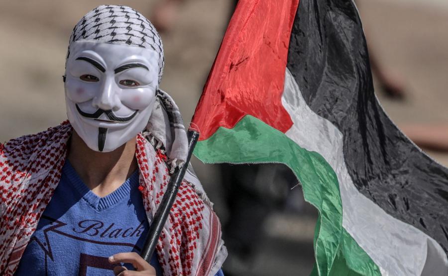 Palestyńczyk w masce Guya Fawkesa protestuje w Strefie Gazy