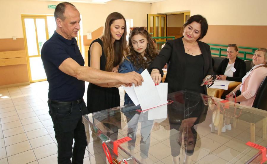 Przewodniczący Kukiz'15 Paweł Kukiz (L) z żoną Małgorzatą (P) i córkami, podczas głosowania w miejscowości Łosiów