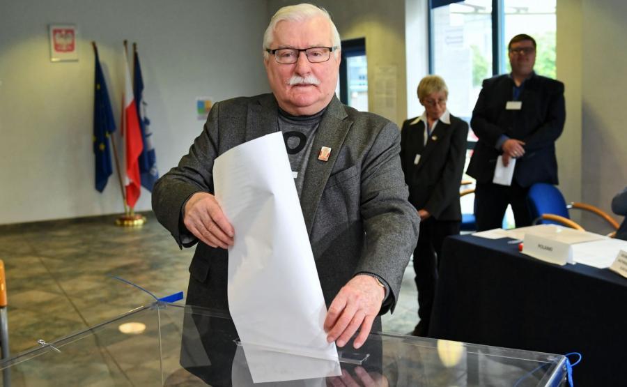 Były prezydent Lech Wałęsa głosuje w lokalu wyborczym w Gdańsku
