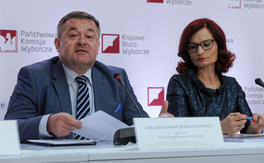 Członek PKW Arkadiusz Despot-Mładanowicz (L) i sekretarz PKW Magdalena Pietrzak (P) podczas drugiej konferencji PKW