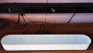 Sonos Beam na tle Sony ZF9