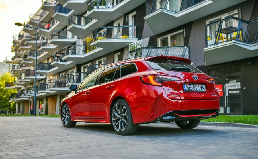 Toyota Corolla TS Kombi 2.0 Hybrid e-CVT Executive kosztuje w Polsce ok. 130 tys. zł. Jeśli porównać ją z bogato wyposażoną ofertą innych marek, to japońskie auto wypada korzystnie