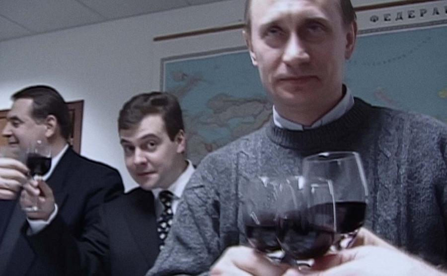 Władimir Putin i szef jego sztabu wyborczego Dmitrij Miedwiediew świętujązwycięstwo