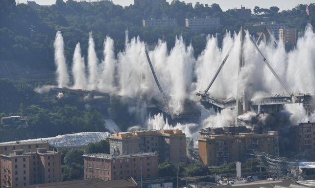 W katastrofie zginęło tam 43 osoby. Wysadzono pozostałości zawalonego mostu w Genui [ZDJĘCIA]