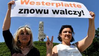 """Uczestnicy manifestacji """"Gdańsk broni Westerplatte"""" na Westerplatte w Gdańsku"""