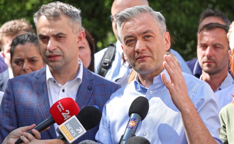 Lider partii Wiosna Robert Biedroń (P) i Krzysztof Gawkowski (L) podczas konferencji, 29 bm. w Warszawie po spotkaniu kierownictwa ugrupowania i struktur regionalnych, nt. stanu rozmów koalicyjnych przed wyborami parlamentarnymi
